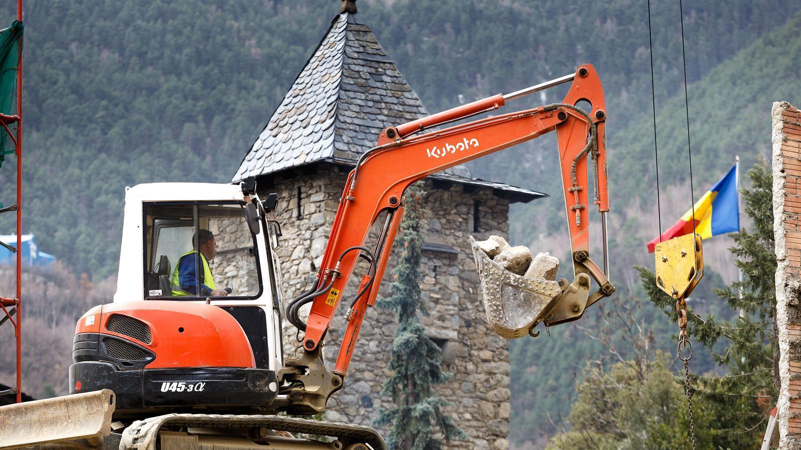Un treballador de la construcció amb una grua. / Arxiu ANA
