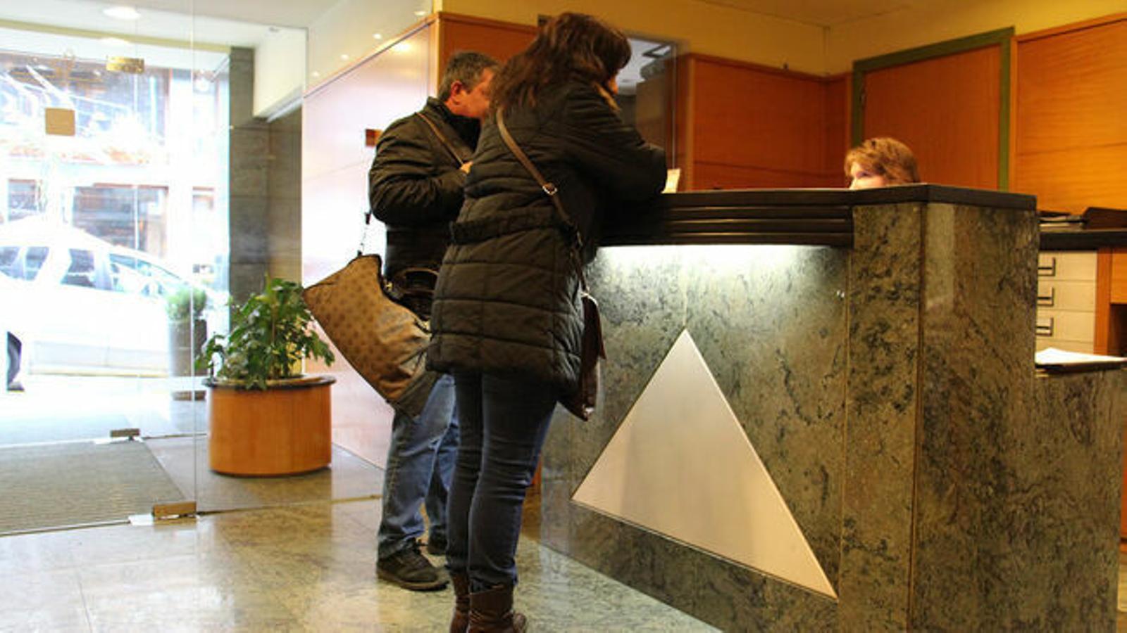 Dos turistes en un hotel del Principat. / ARXIU ANA