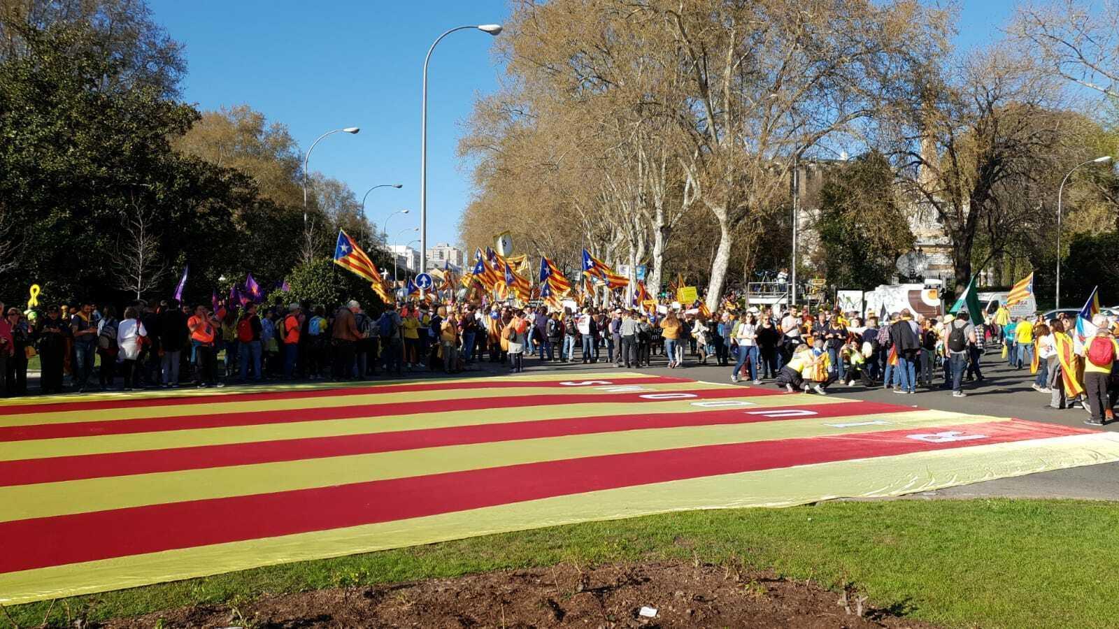 Milers de persones omplen el passeig del Prado de Madrid contra la repressió a l'independentisme