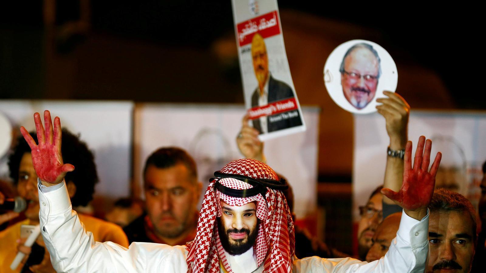 Protesta per demanar justícia per al periodista Khashoggi davant del consolat d'Istanbul