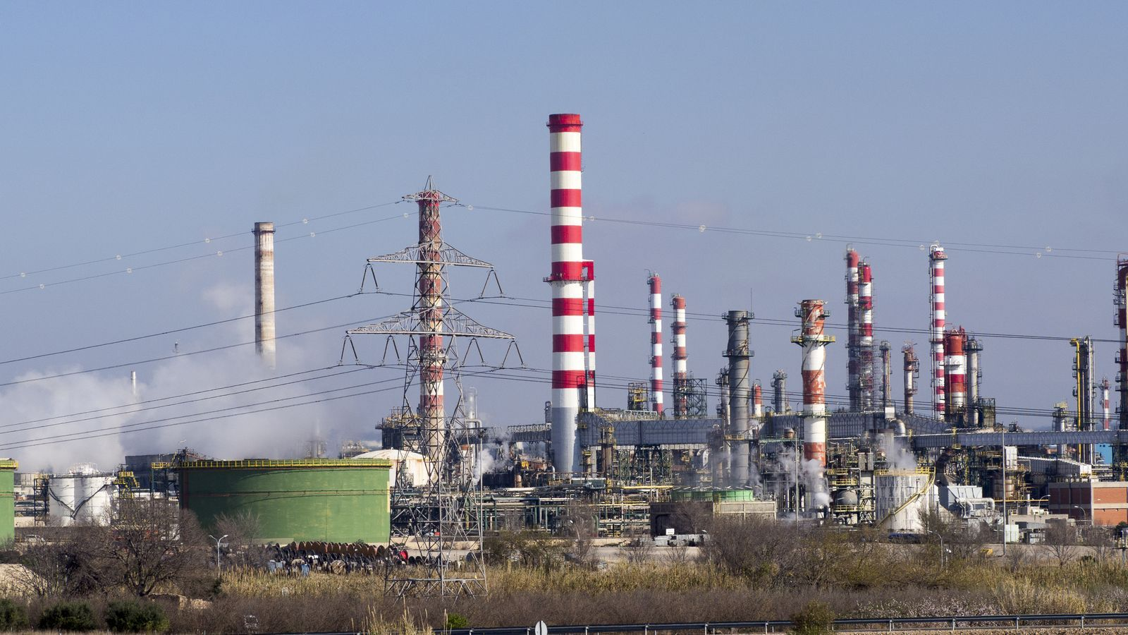 Les instal·lacions de Repsol on s'hauria produït la fuita de sulfhídric que ha generat l'episodi de males olors no tòxiques