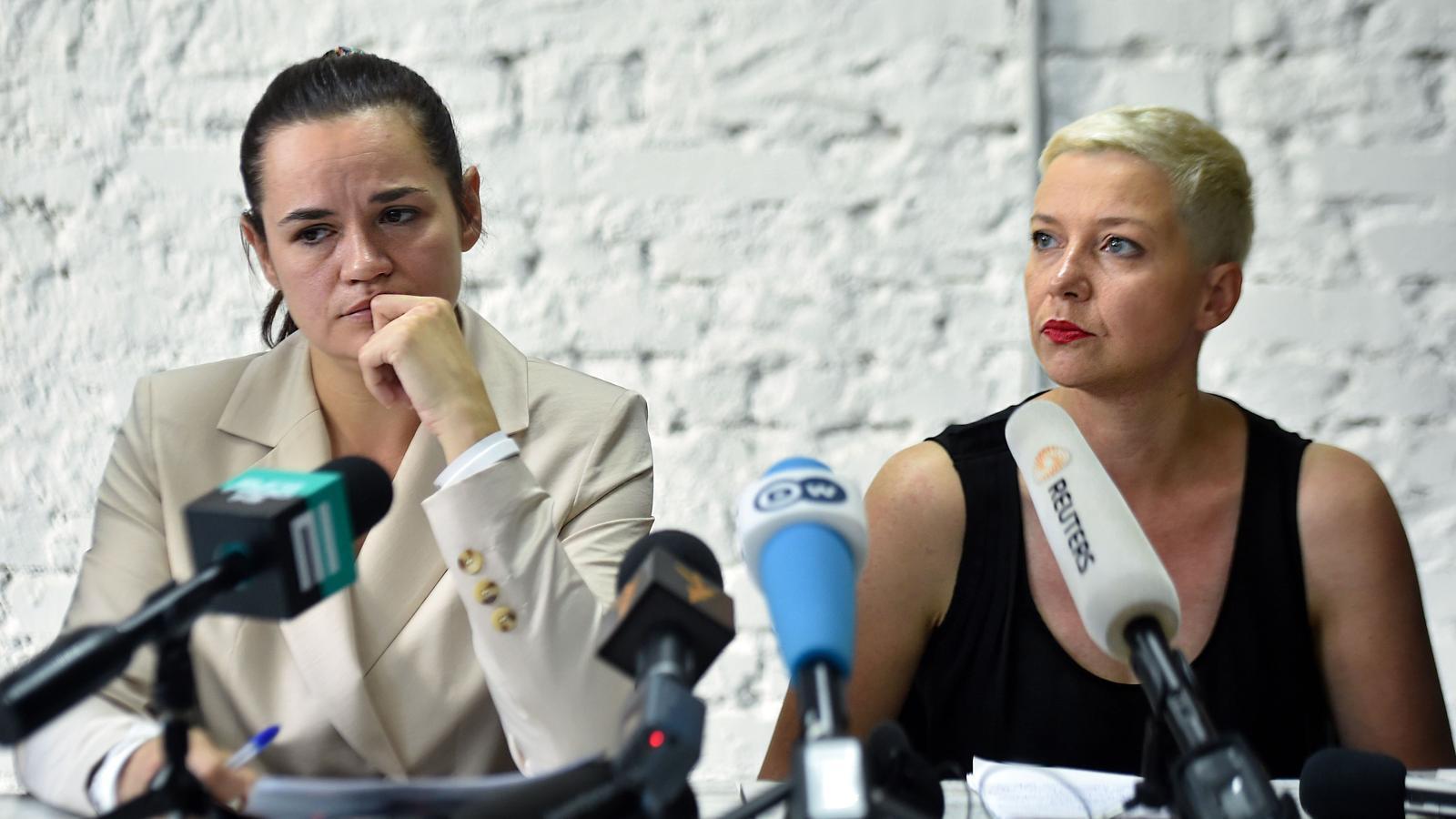 La candidata a la presidència Svetlana Tikhanovskaya i la seva aliada Maria Kolesnikova durant una conferència de premsa l'endemà de les eleccions presidencials de Bielorússia a Minsk