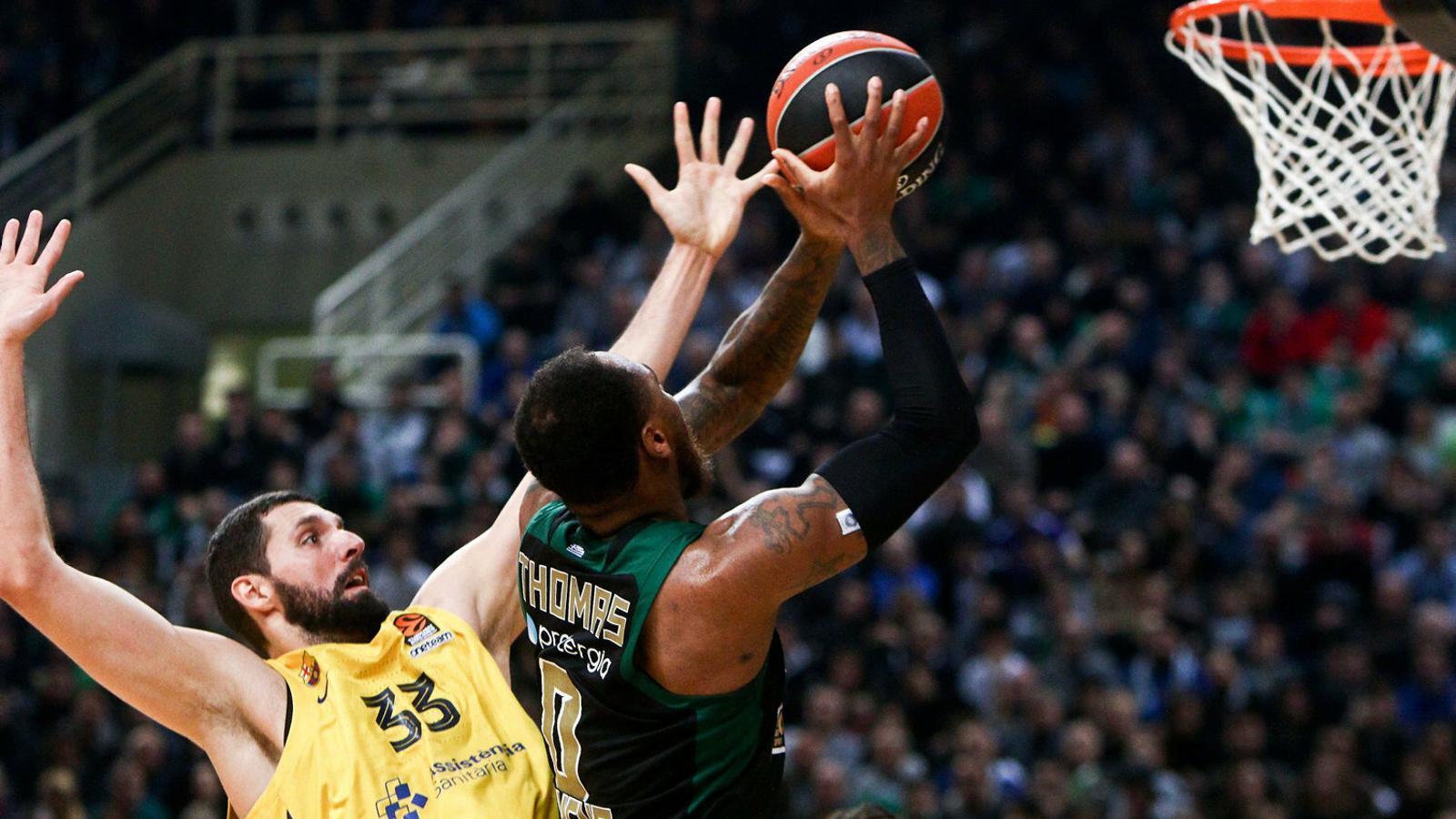 Nikola Mirotic, aler pivot del Barça, intentant defensar Deshaun Thomas, jugador del Panathinaikòs.