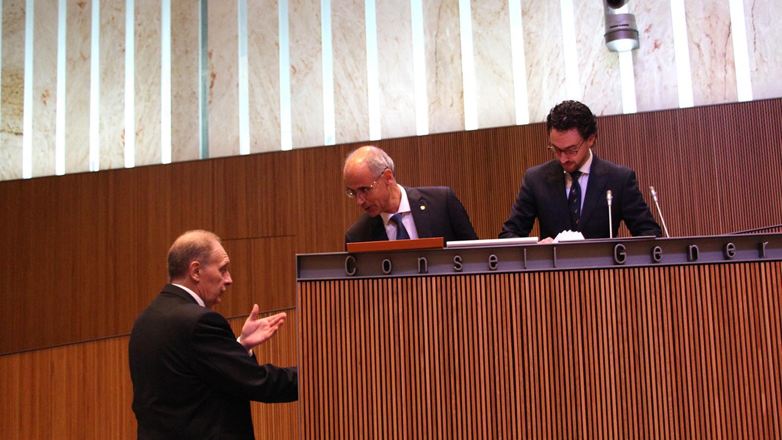 El cap de Govern, Toni Martí, conversa amb el president del grup parlamentari mixt, Josep Pintat, moment abans de l'inici de la sessió al Consell General. / M.F. (ANA)