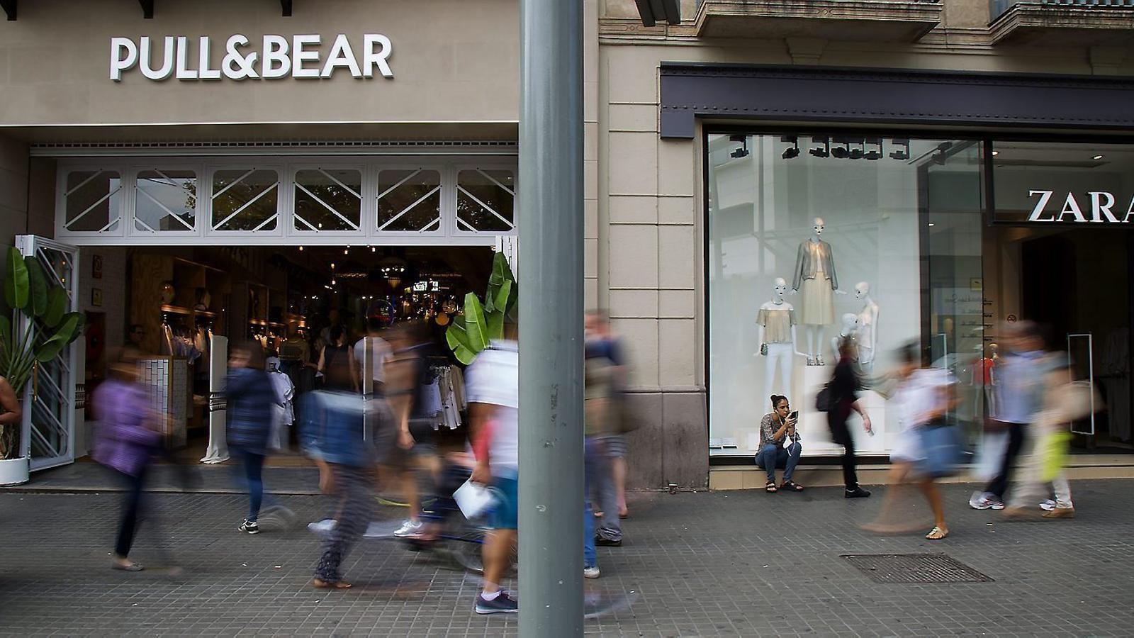 c94eb26a41c2f Al carrer Pelai de Barcelona conviuen dues botigues de roba d una mateixa  empresa