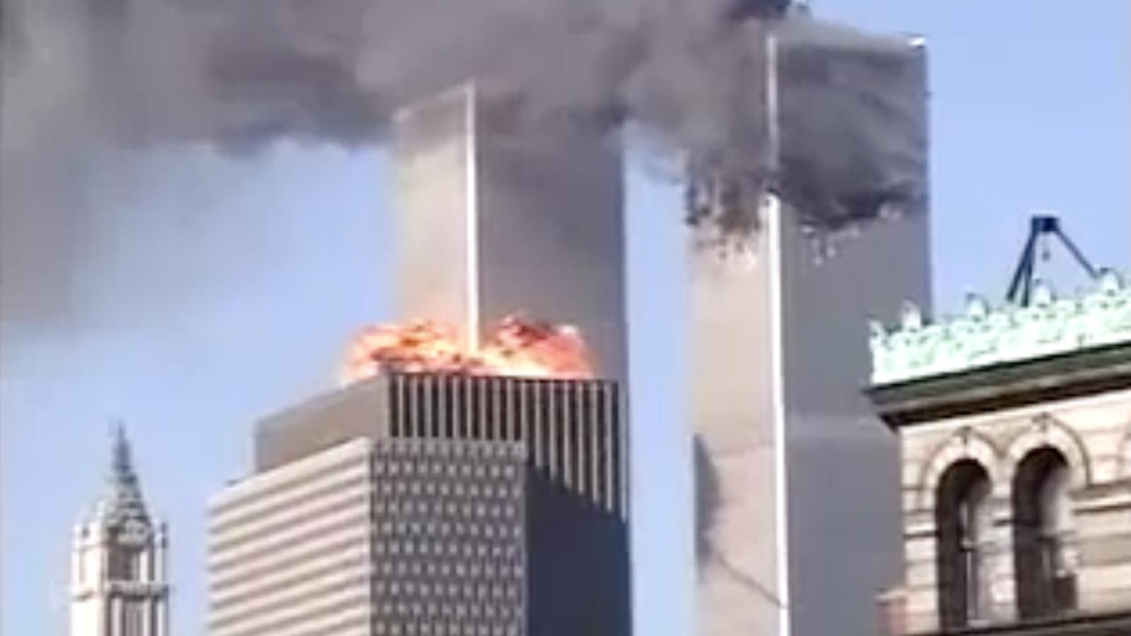 El segon avió impacta contra la torre sud del WTC davant la incredulitat dels vianants