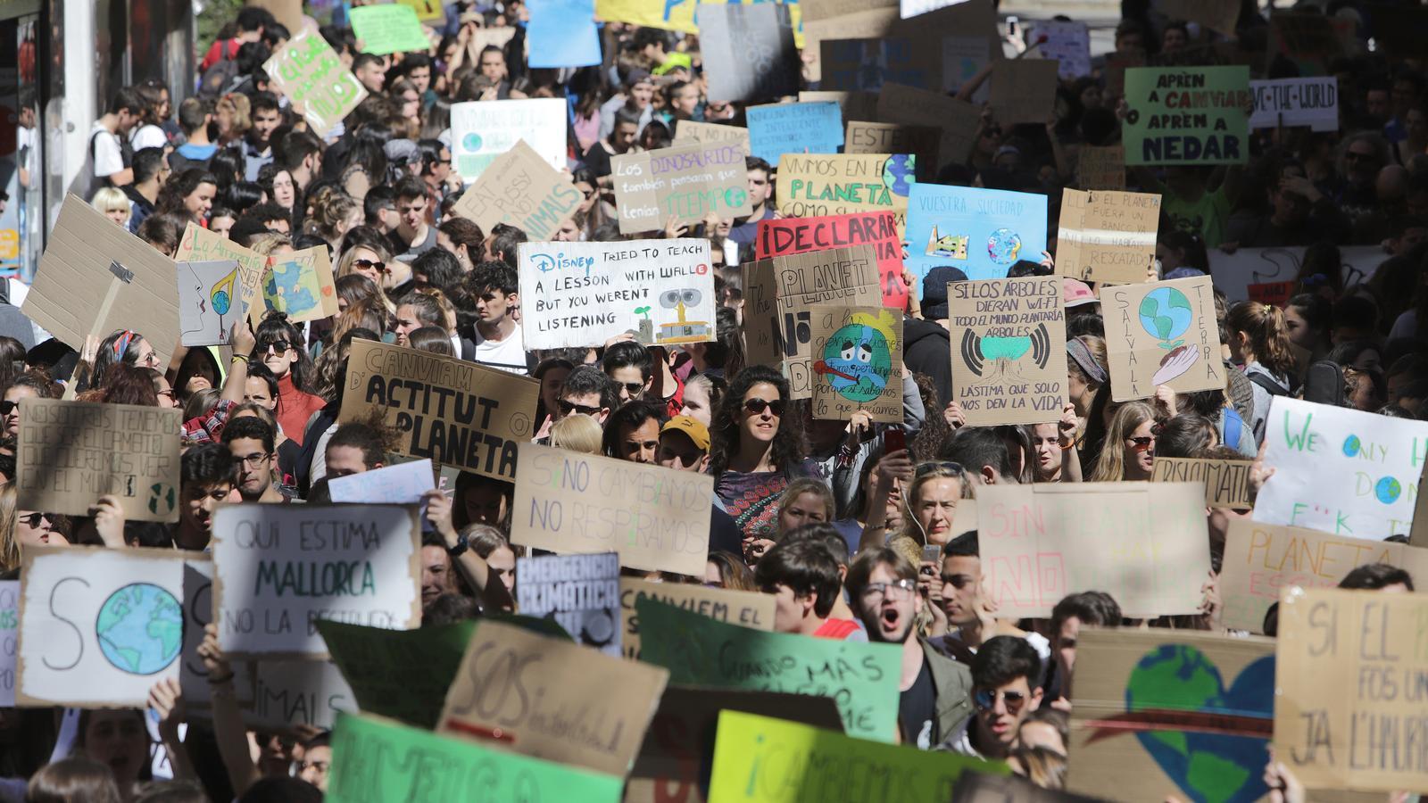 """Mig miler d'estudiants es manifesten a Palma al crit de: """"Si el planeta fos un banc, ja l'hauriem rescatat"""""""