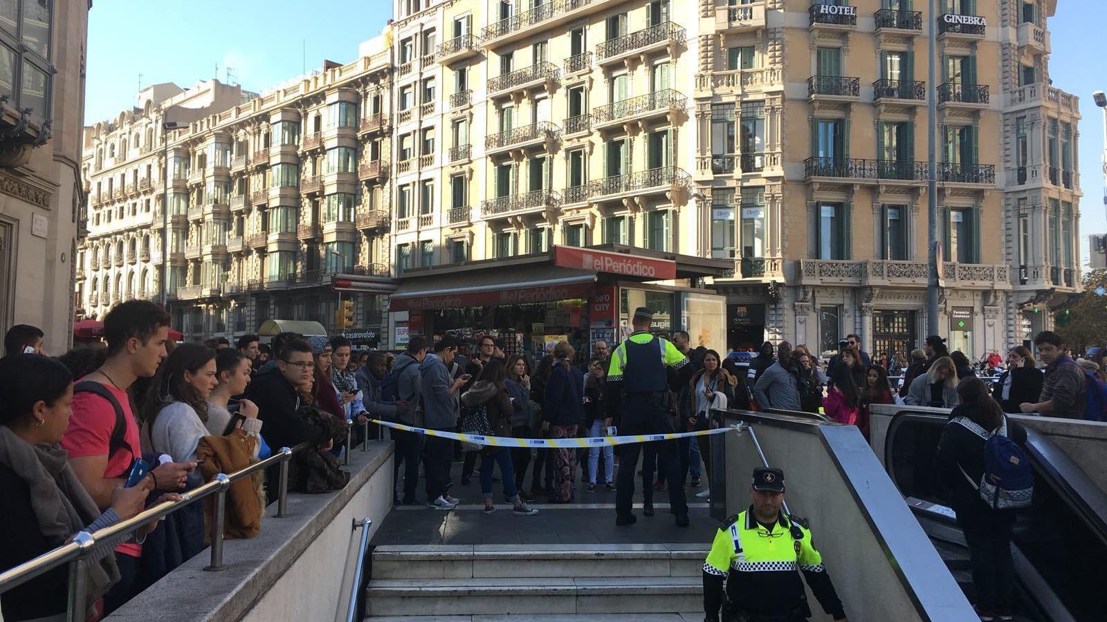 S'ha tallat l'accés a l'estació de plaça Catalunya