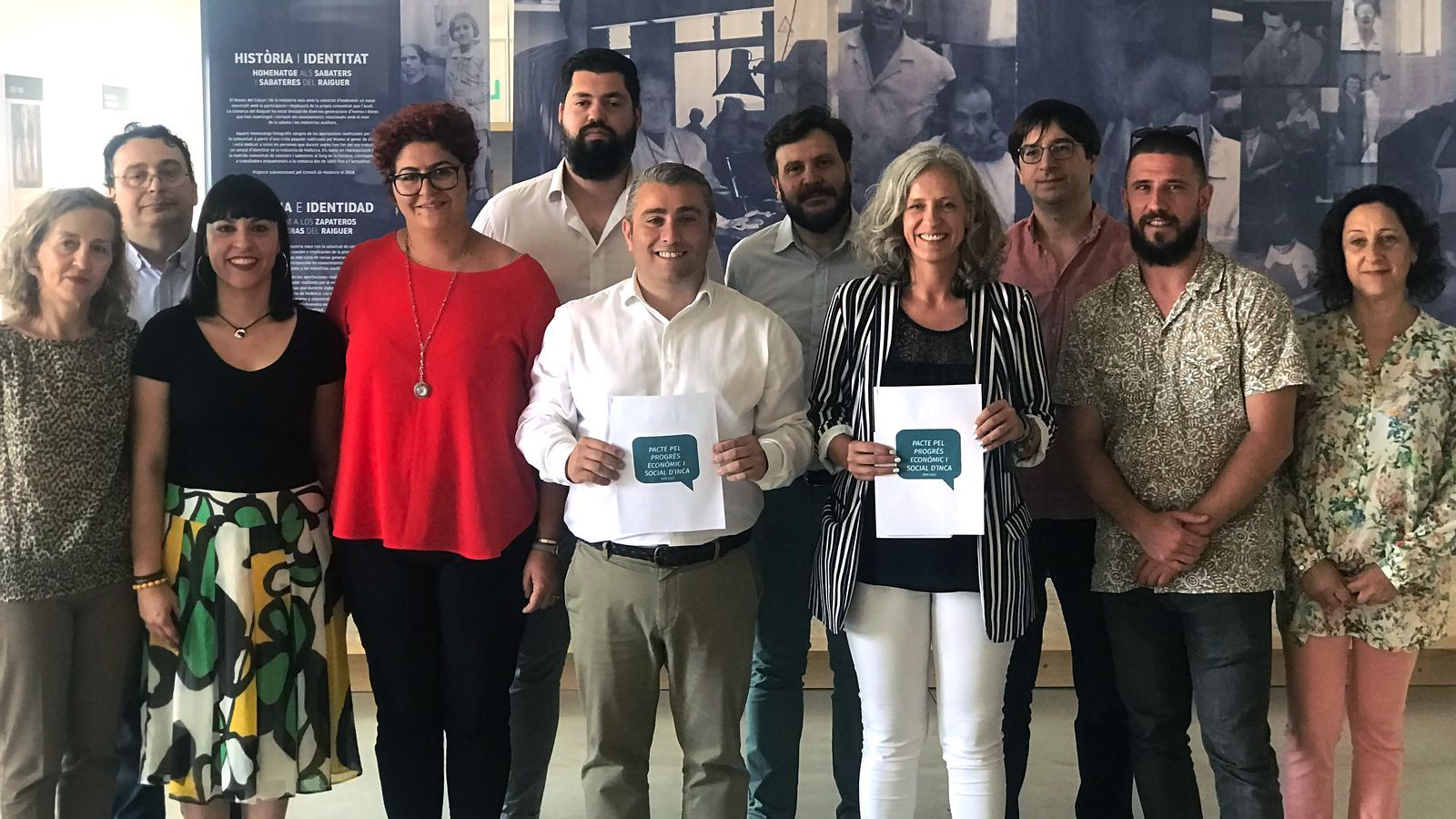 Virgilio Moreno (PSOE) i Alice Weber (MÉS) i la resta de regidors del pacte amb l'acord de gestió que han signat.