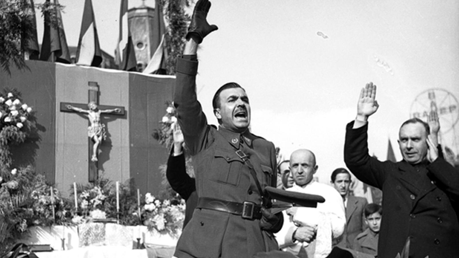 Miquel Mateu escolta missa a principis de 1939, poc després de l'entrada de l'exèrcit franquista a Barcelona i de ser-ne nomenat alcalde.