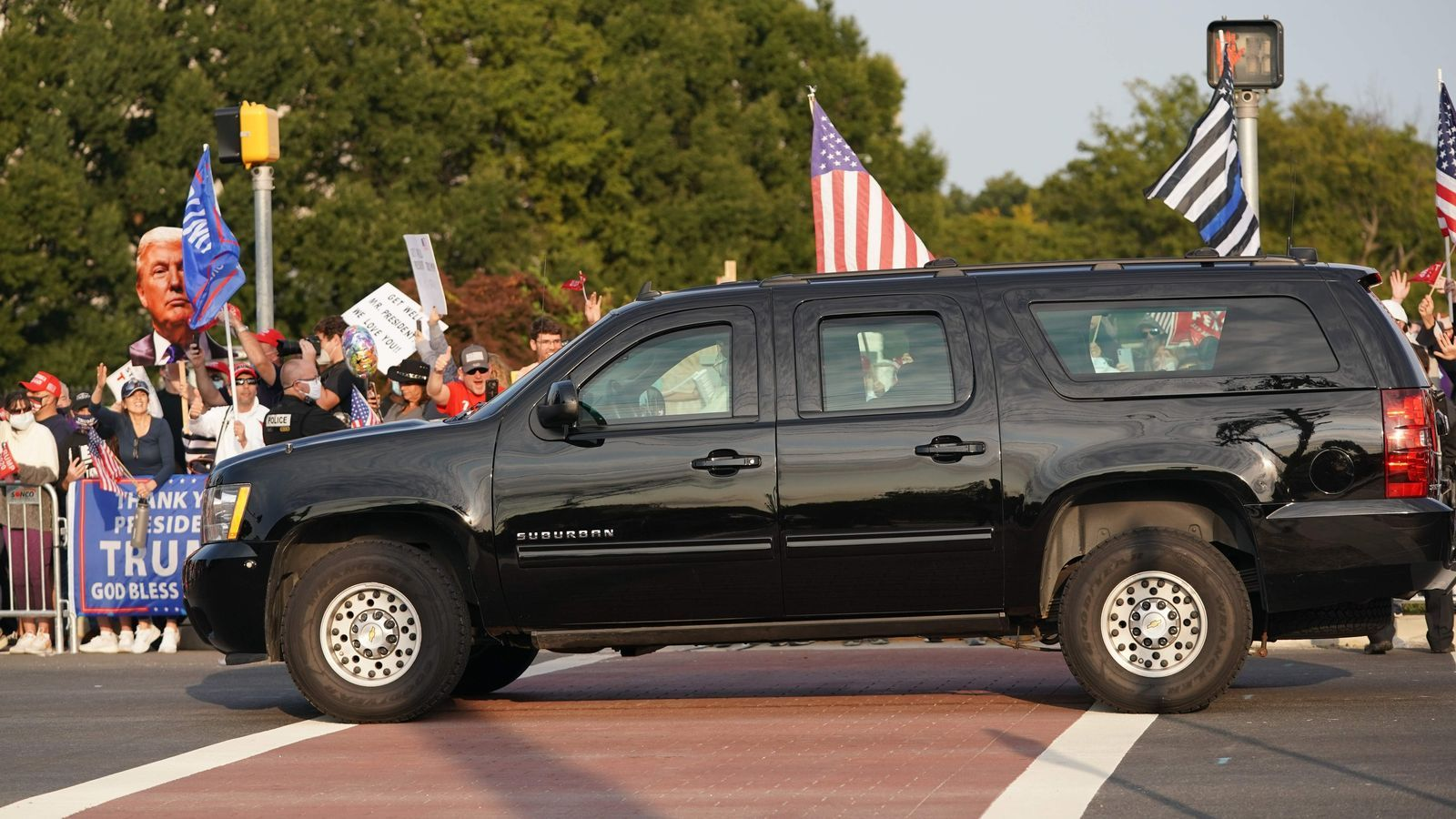 El cotxe blindat amb què Trump va saludar els seus seguidors a l'hospital militar on el tracten de covid-19.