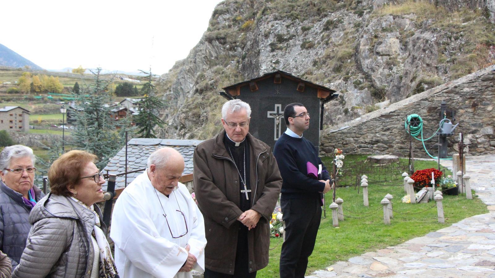 Joan-Enric Vives durant la visita el cementiri de l'església de Sant Serni. / A.S.