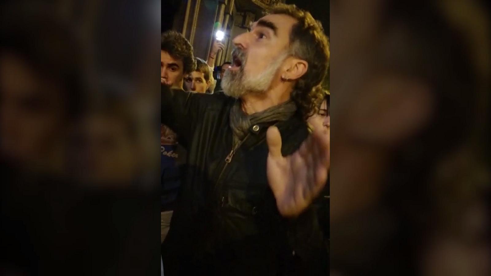 Cuixart demanant als manifestants del 20-S  que deixin sortir la comitiva judicial