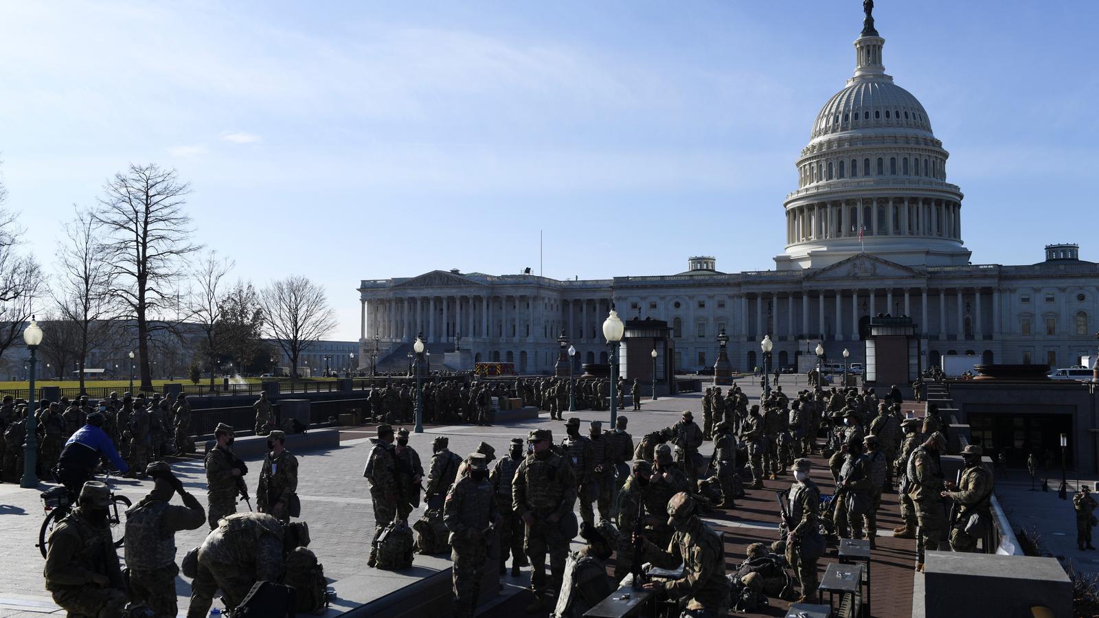 Membres de la Guàrdia Nacional davant del Capitoli, aquest dijous