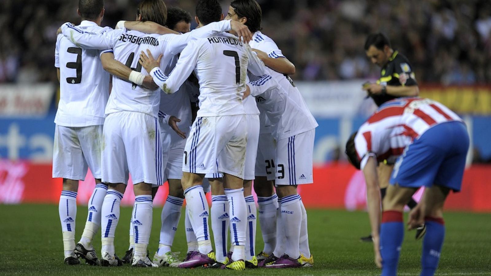 Els jugadors del Madrid fan pinya després d'un gol al Calderón.