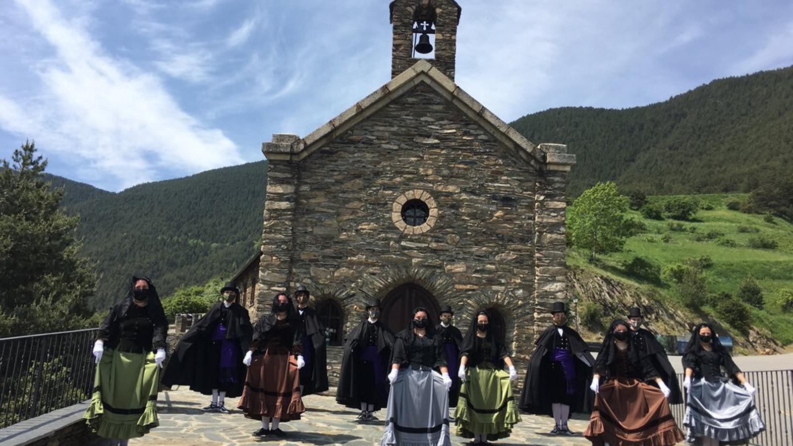 El santurari de Canòlich amb l'Esbart Laurèdia. / COMÚ DE SANT JULIÀ