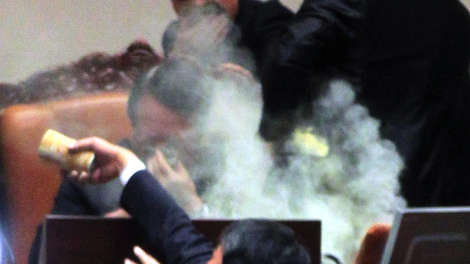 Enfrontaments i gasos lacrimògens al Parlament de Corea del Sud