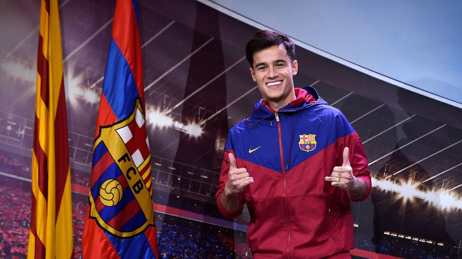 Coutinho, que avui serà presentat, es va fer la fotografia oficial  amb les banderes del club a l'Auditori del Camp Nou.