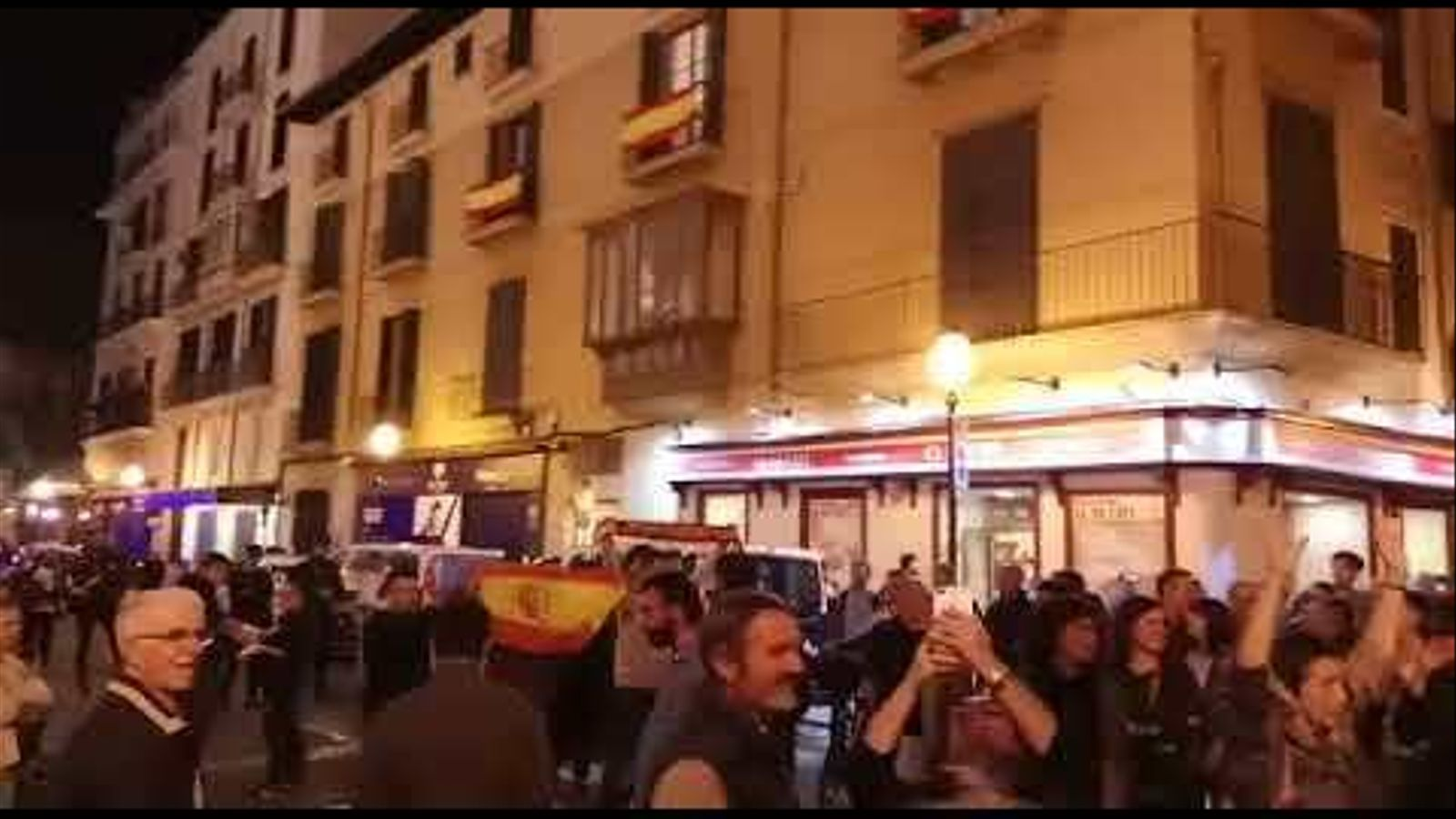 Crits de 'Viva España!' rompen el silenci a la plaça de Cort.