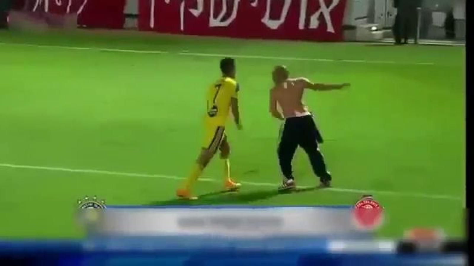 Un aficionat de l'Hapoel i un jugador del Maccabi s'enfronten a cops de puny i l'àrbitre suspèn el derbi de Tel Aviv
