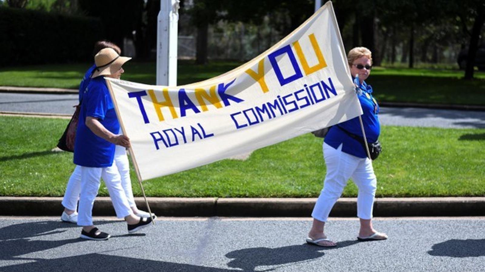 Manifestants agraeixen a la comissió que ha investigat els casos de pederàstia a Austràlia.