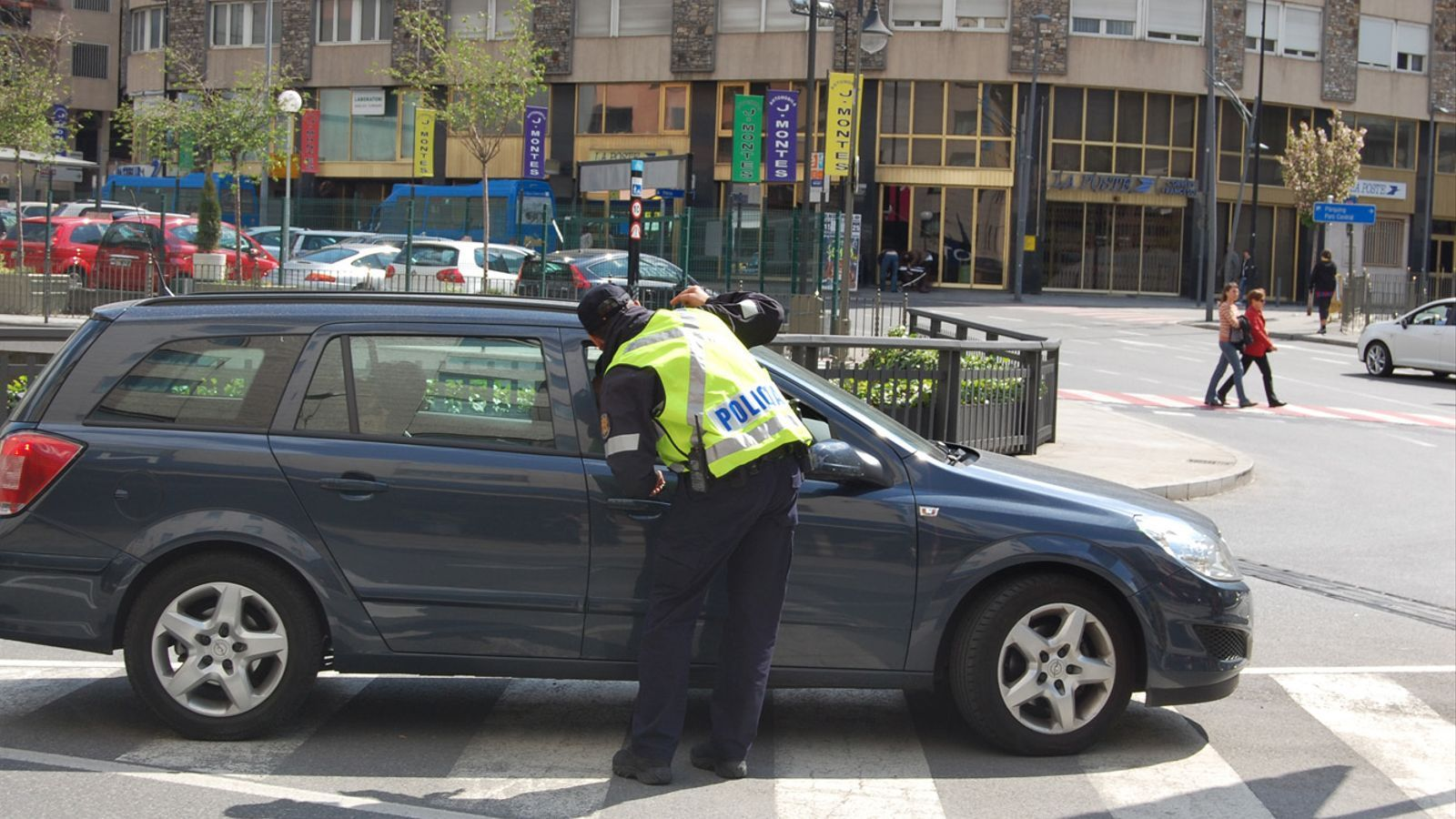 Un agent interpel·la el conductor d'un vehicle a Andorra la Vella