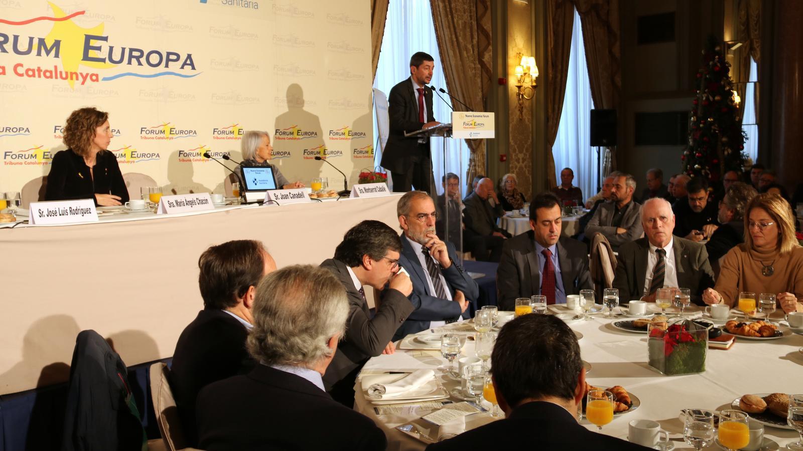 La consellera Àngels Chacón ha presentat a Joan Canadell abans de la seva conferència.