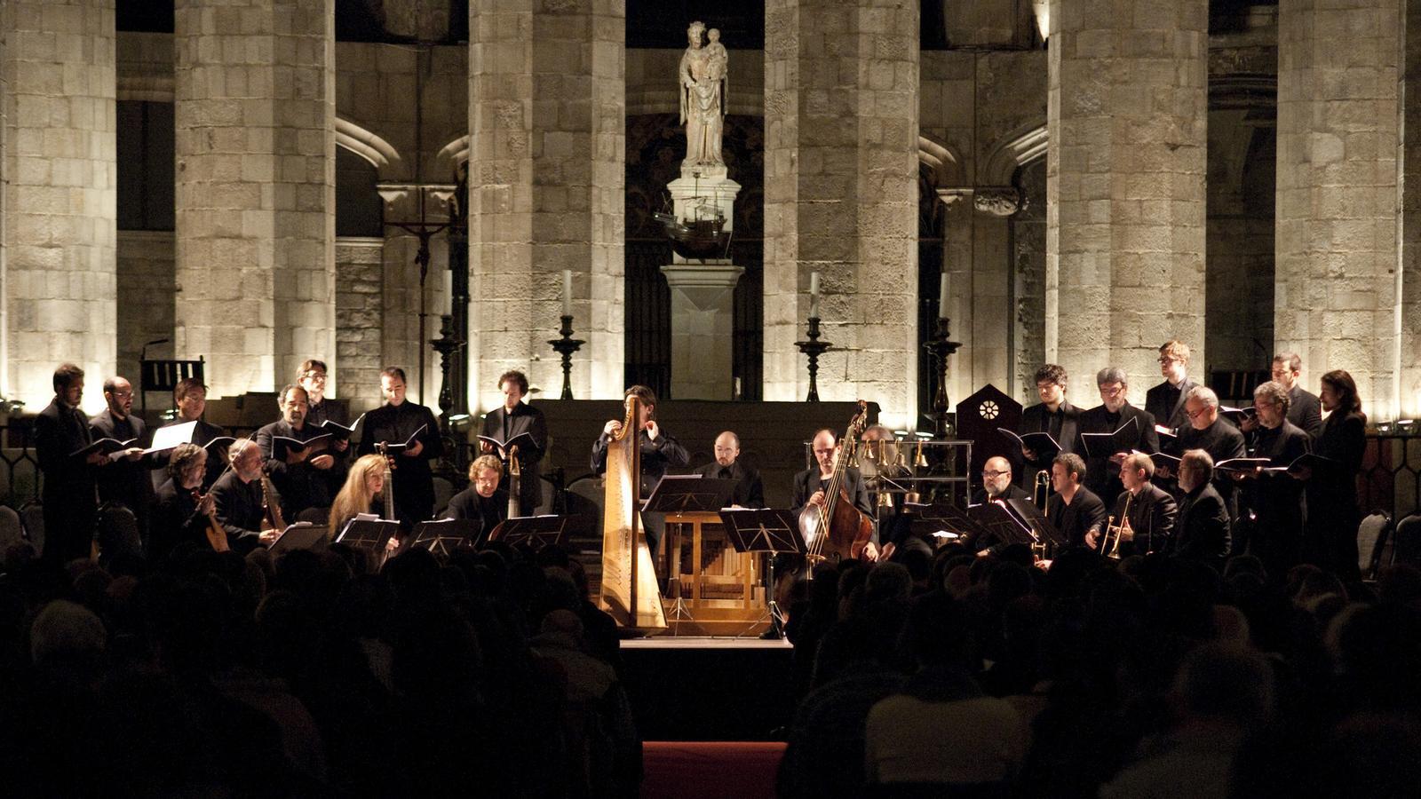 L'església de Santa Maria del Mar va ser el majestuós escenari del   Recital dirigit per Jordi Savall (assegut a l'esquerra) . / TONI PEÑARROYA