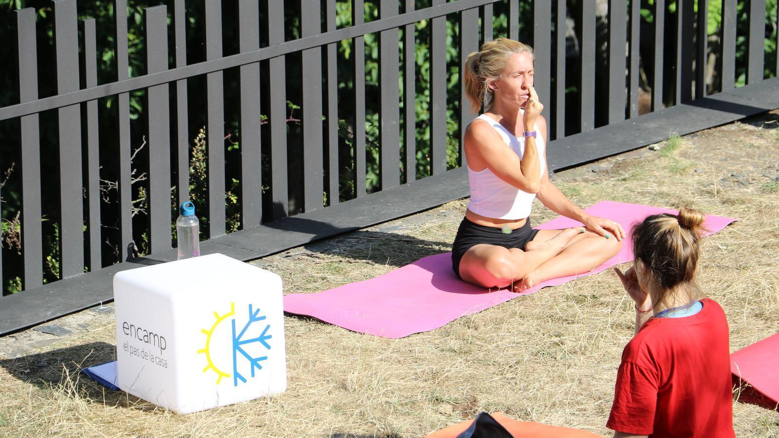 La professora Valeria Berisso, a la sessió de yoga celebrada aquest dissabte a Sant Romà de les Bons en el marc de l'activitat Esport a l'aire lliure del comú d'Encamp. / A.M. (ANA)