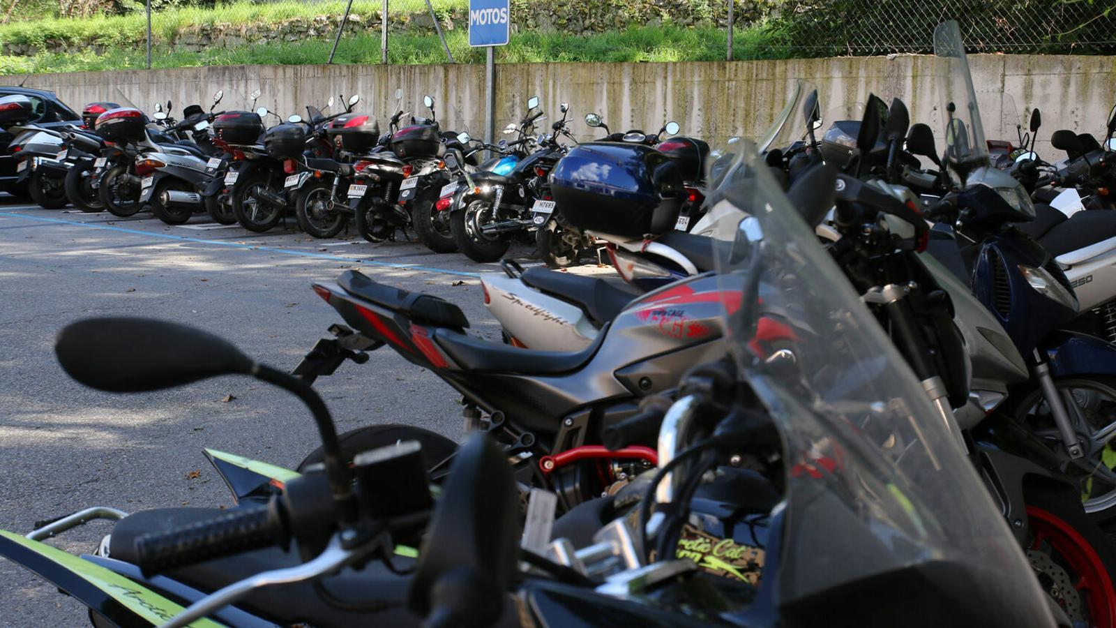 Motocicletes estacionades en un aparcament. / ARXIU ANA