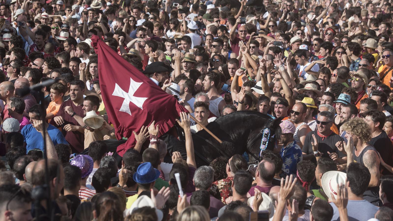 Ciutadella viu la festa de Sant Joan amb un Primer Toc de fabiol emotiu i diferent