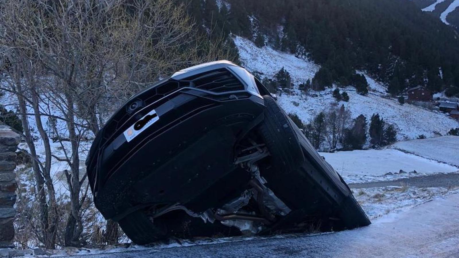 Troben un cotxe de gamma alta bolcat i sense conductor a la Vall d'Incles / J.C.