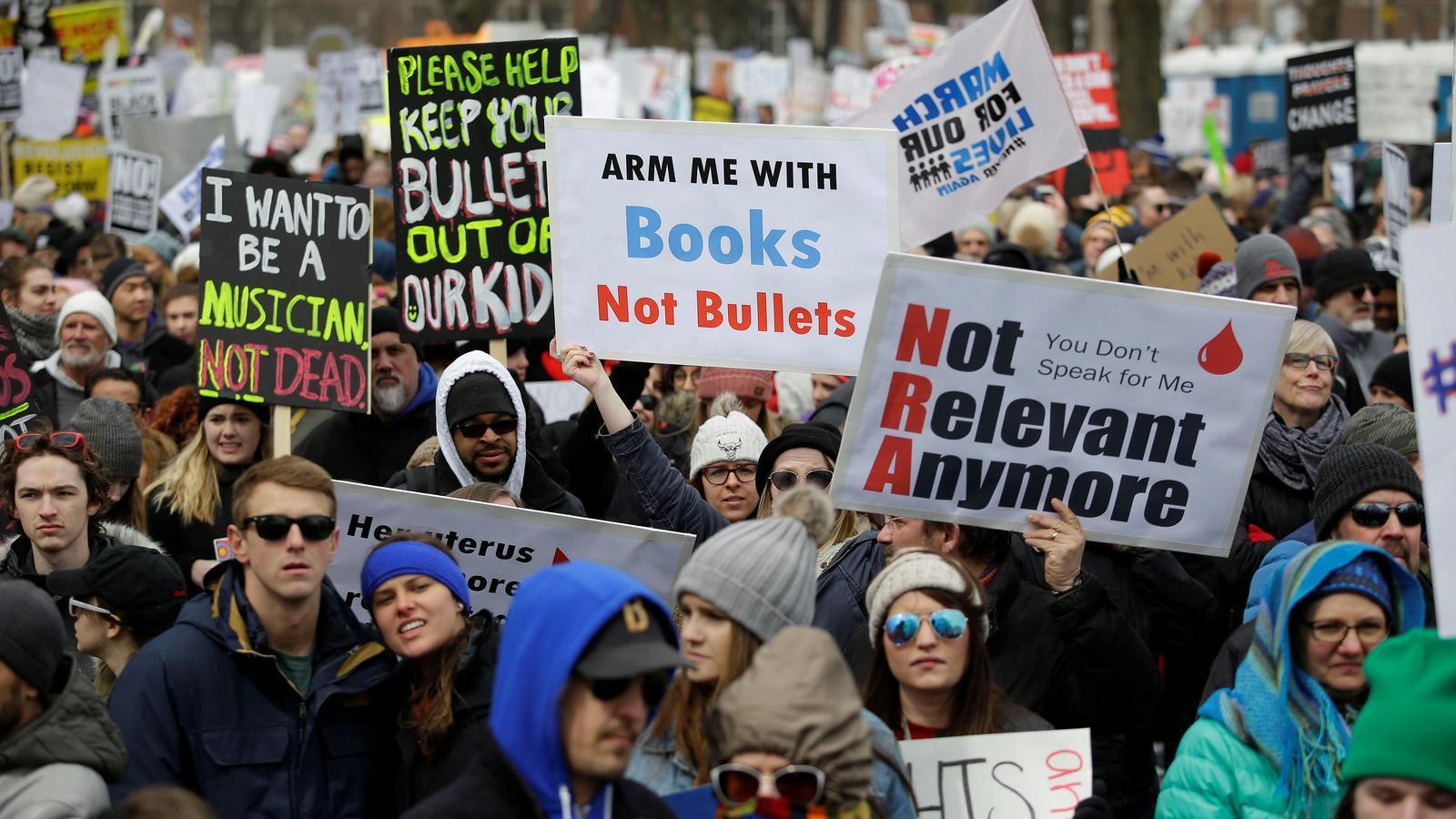 Milers de persones es manifesten a la ciutat de Chicago pel control de les armes aquest dissabte.