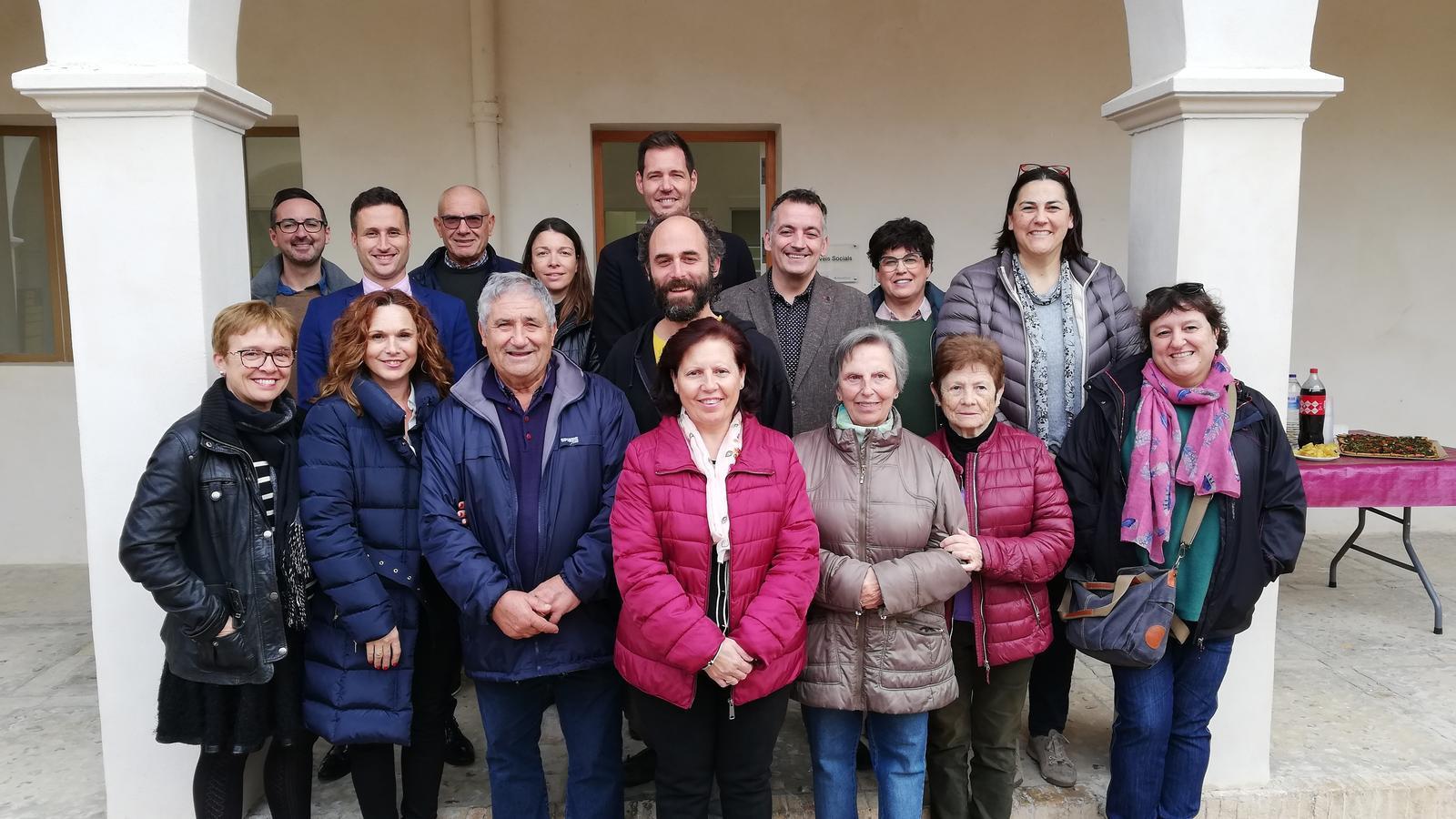 Les treballadores amb representants municipals i de la Caixa, a Can Bril.