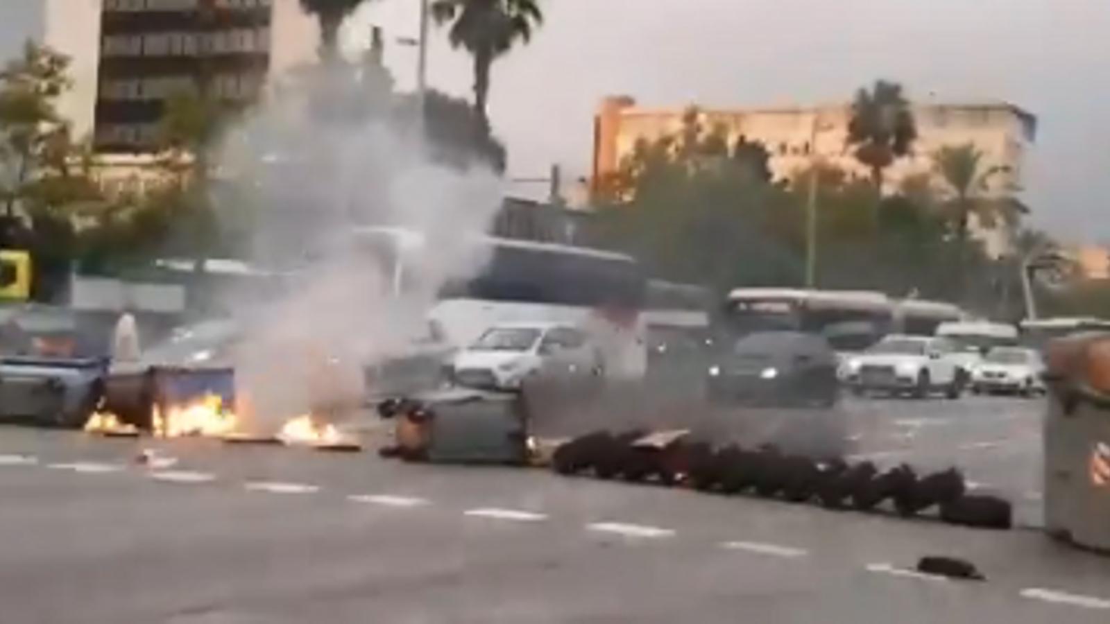 Cremen contenidors i pneumàtics i obliguen a tallar el trànsit a la Diagonal