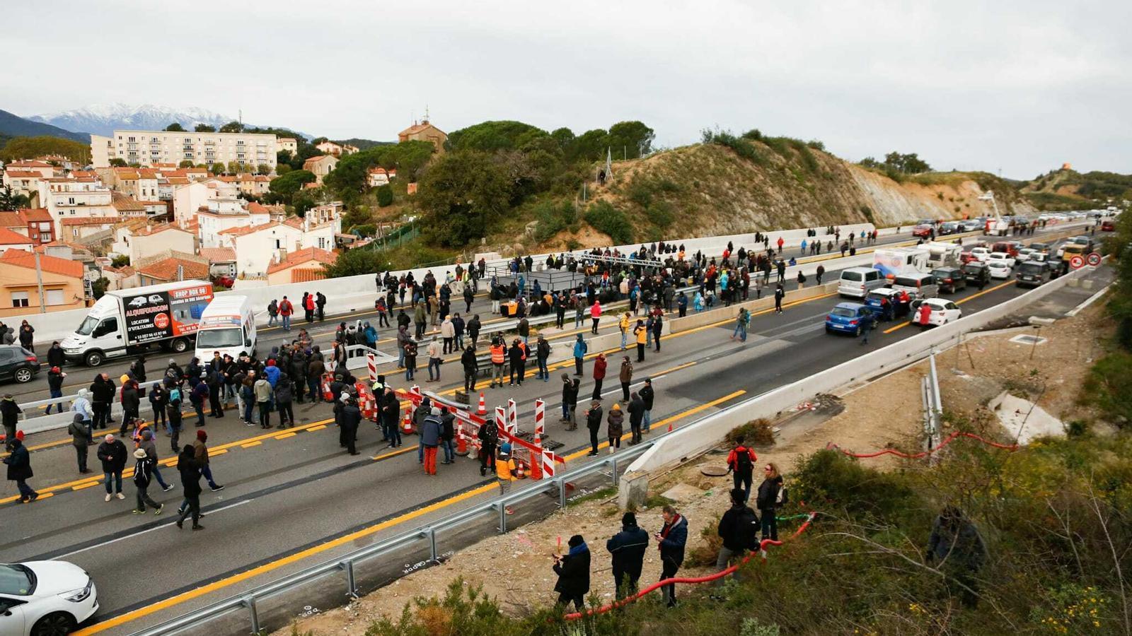 """El Tsunami comença el seu """"Onze de Setembre de tres dies"""" tallant la frontera amb França"""