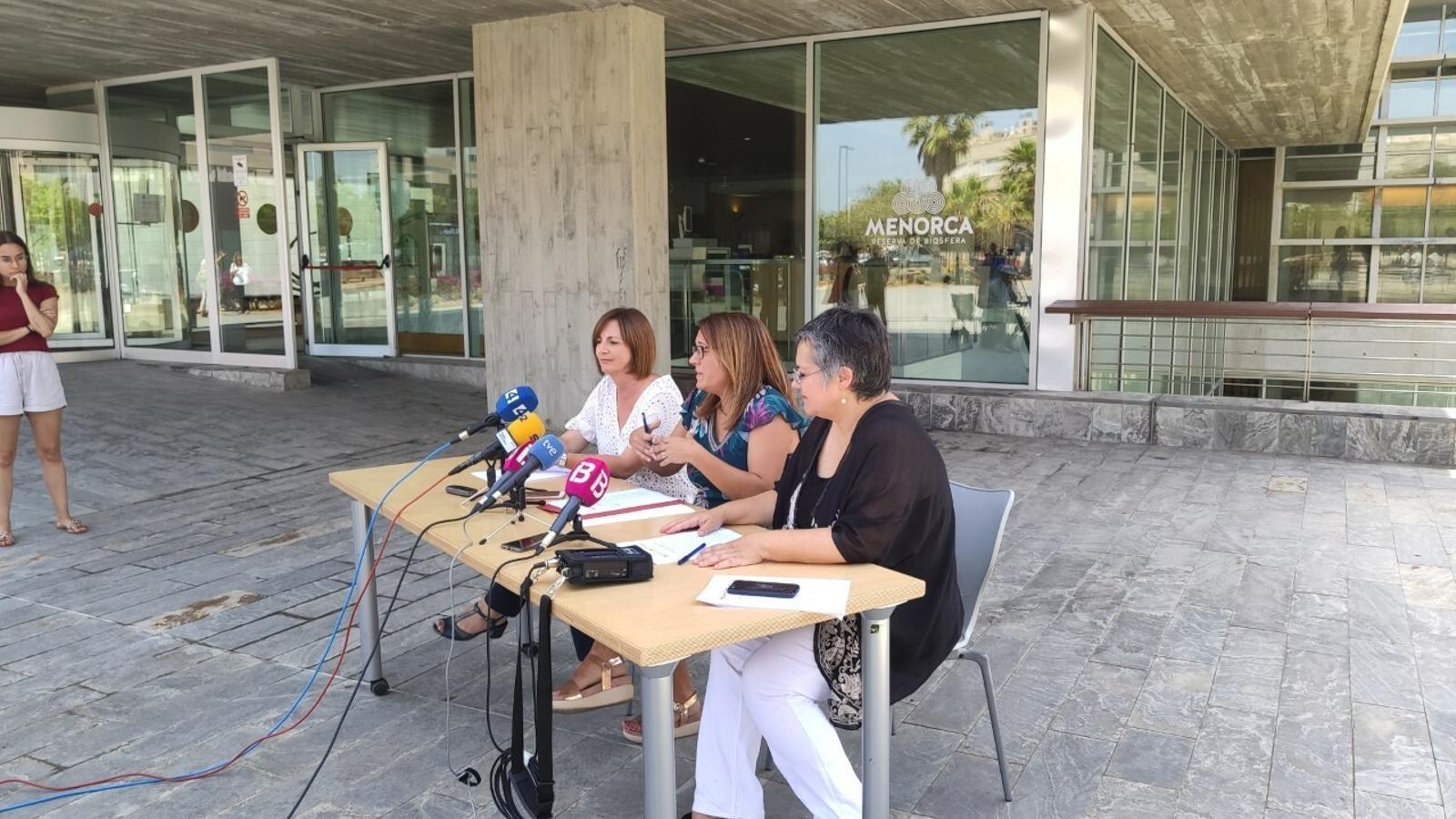 El futur equip de govern del Consell de Menorca ha realitzat la roda de premsa a l'exterior de la seu de la institució a Maó.
