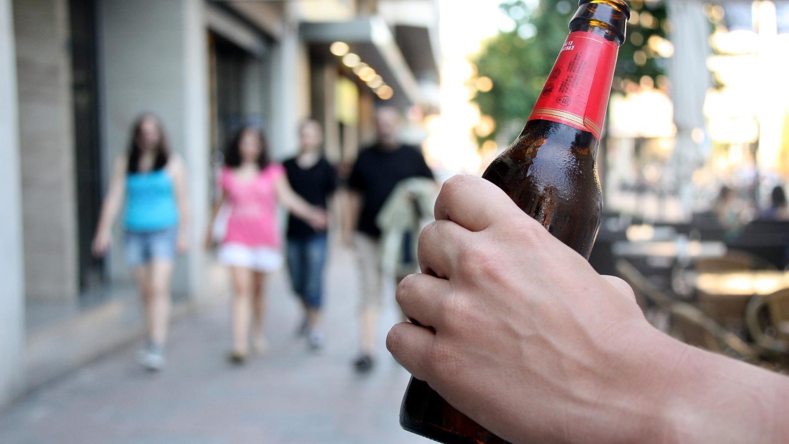 La campanya, dirigida als pares d'adolescents gironins, busca conscienciar-los i evitar que els seus fills adolescents comencin a consumir alcohol als 12 ó 13 anys / ACN