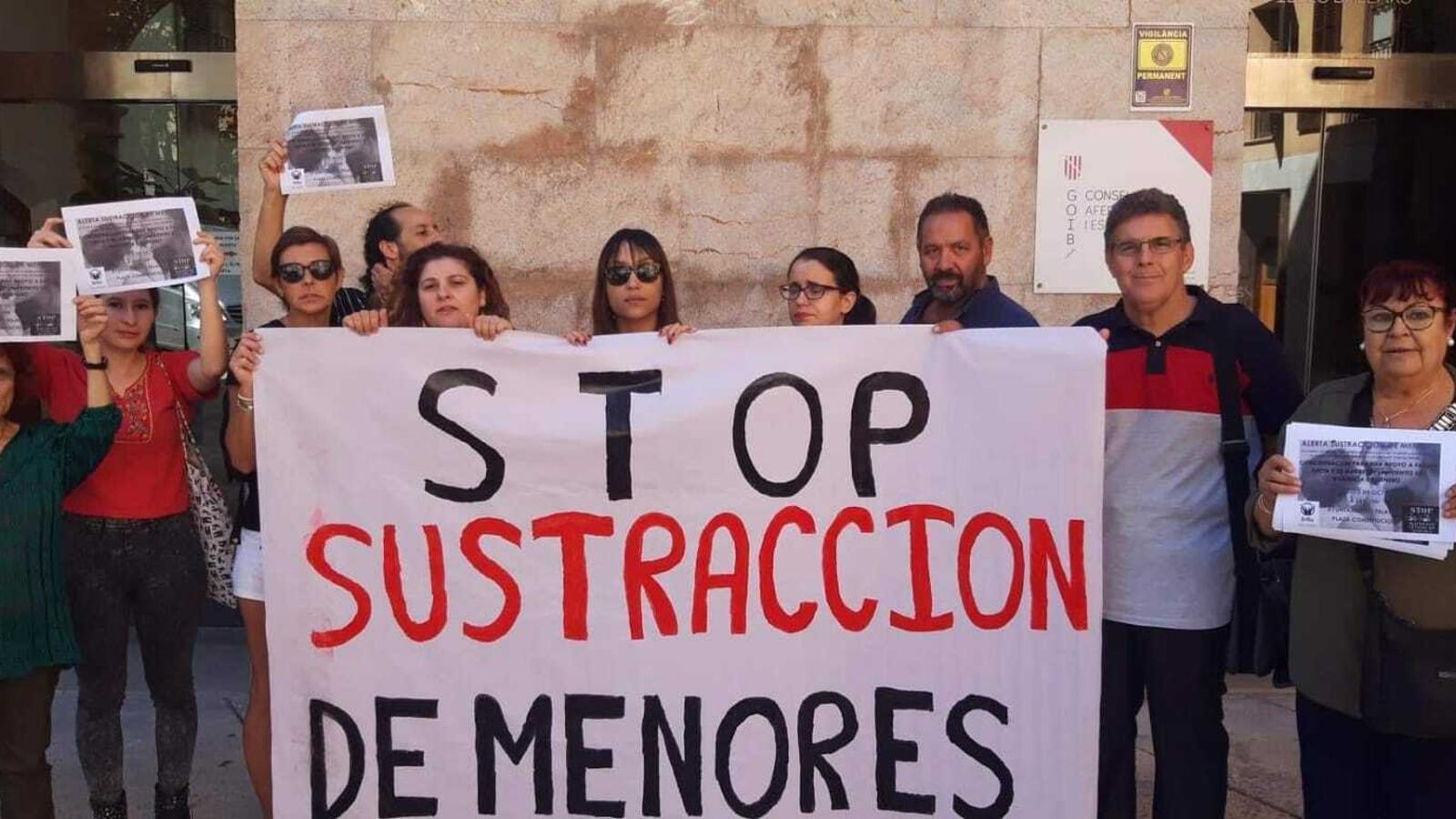 Fátima, la mare que ha denunciat el cas, amb membres de l'Associació Brilla Illes Balears i la plataforma Stop Maltractament Centres d'Acudida