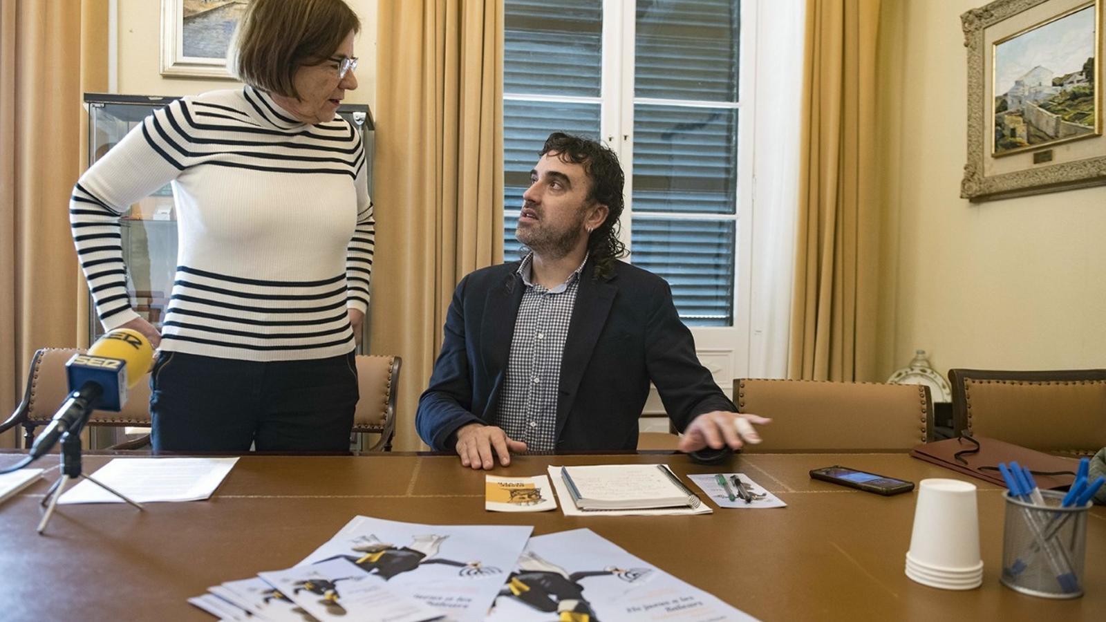 La coordinadora científica de l'IME, Fina Salord conversa amb el coordinador de les Jornades, Jordi Maíz.