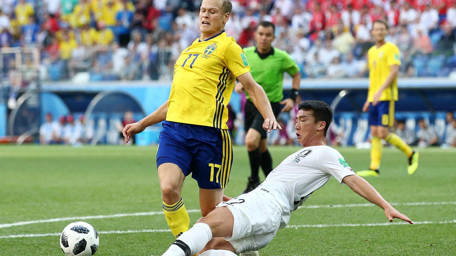 El penal del coreà Kim Min-woo al suec Viktor Claesson.