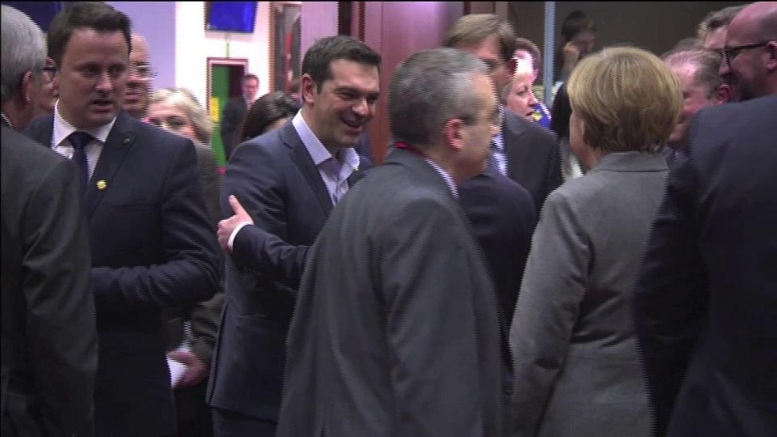 La salutació i breu conversa entre Tsipras i Merkel a l'Eurogrup