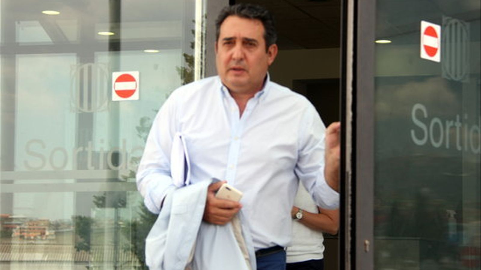 L'exalcalde de Sabadell Manuel Bustos surt dels jutjats de Terrassa després de declarar.