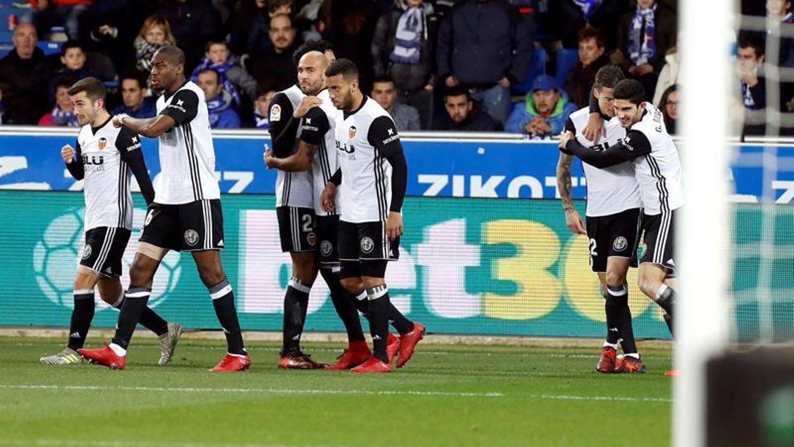 El València, celebrant l'1 a 1 al camp de l'Alabès