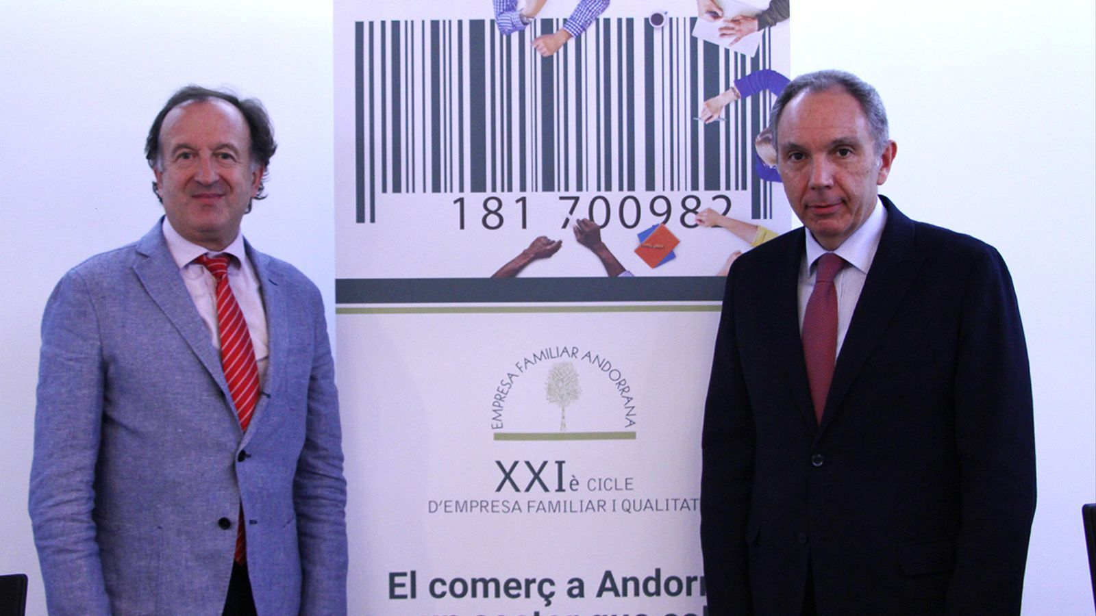 El secretari tècnic de l'EFA, Joan Tomàs, i el president de l'entitat, Francesc Mora, amb el cartell del 21è Cicle EFA que se celebra divendres. / M. F. (ANA)