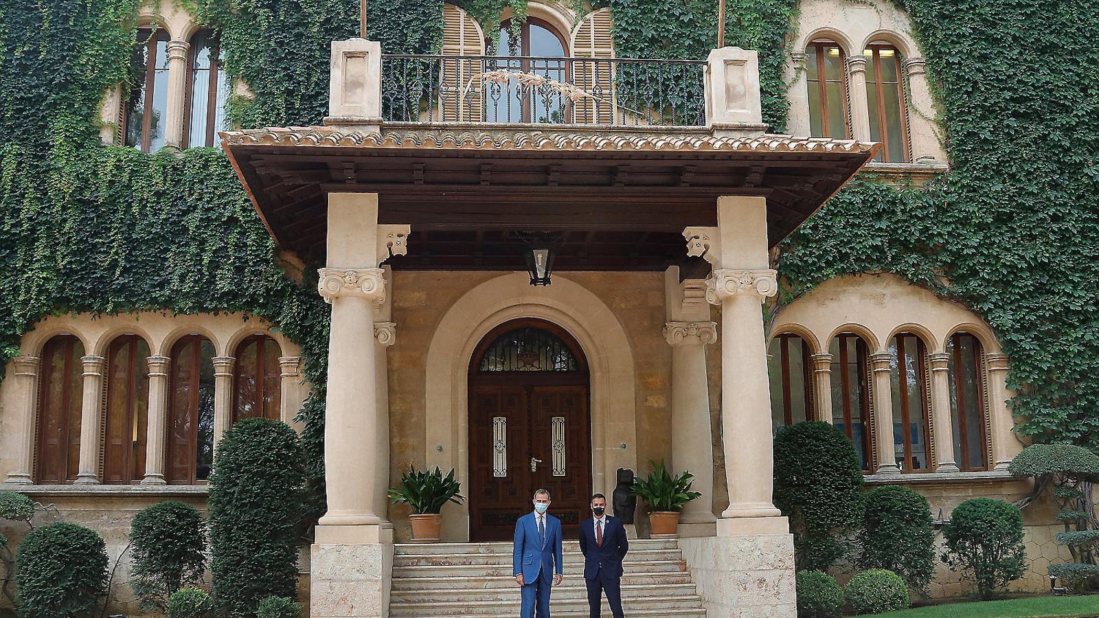 Felip VI i Pedro Sánchez ahir abans de reunir-se al Palau de Marivent, a Palma.