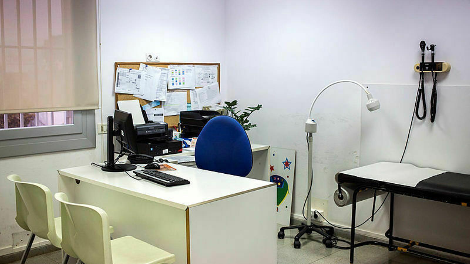 Una consulta d'un centre d'atenció primària buida, en una imatge d'arxiu.
