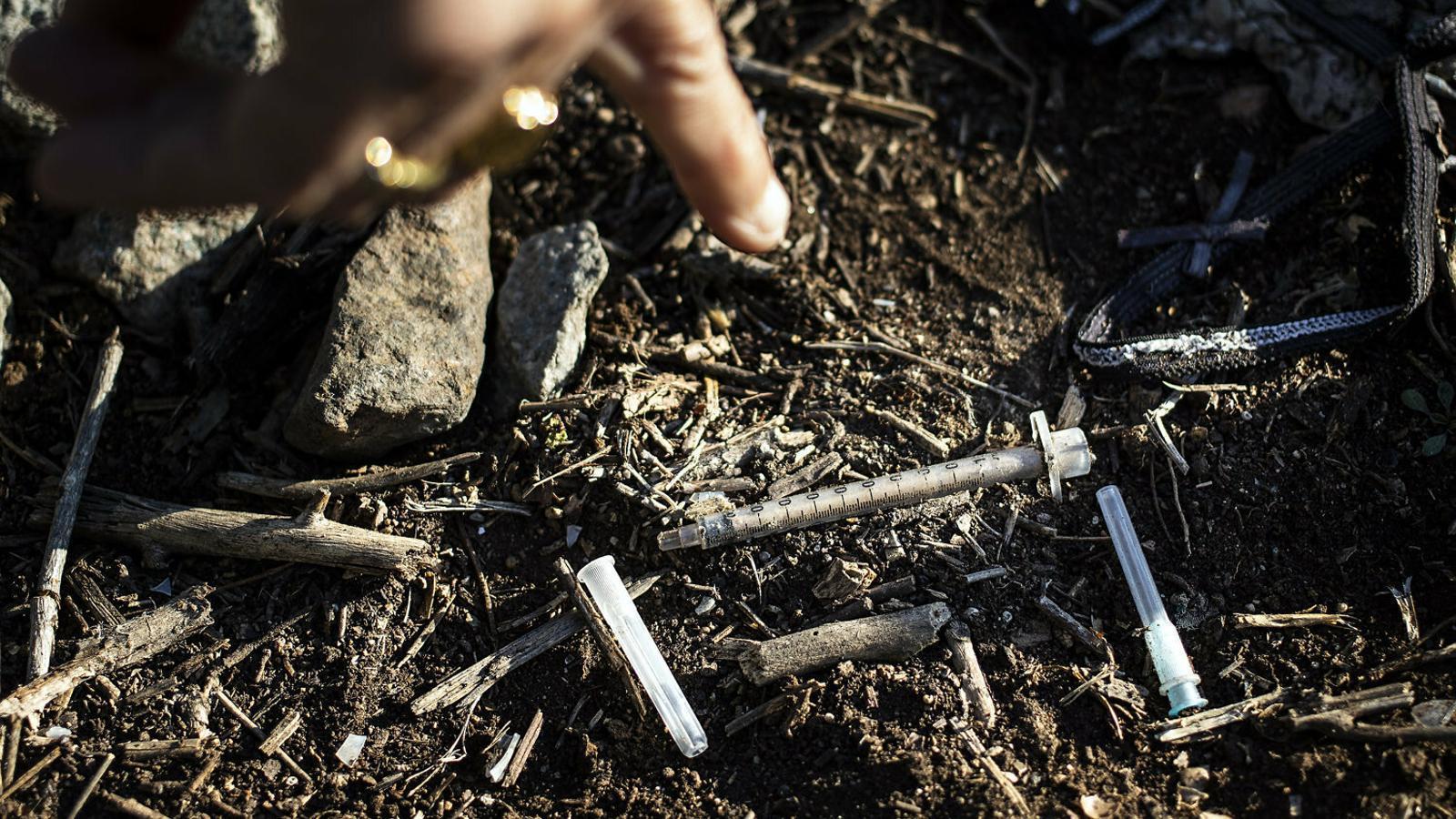 Unes quantes xeringues en una zona pròxima a la Mina on sovint hi van persones drogodependents a punxar-se.