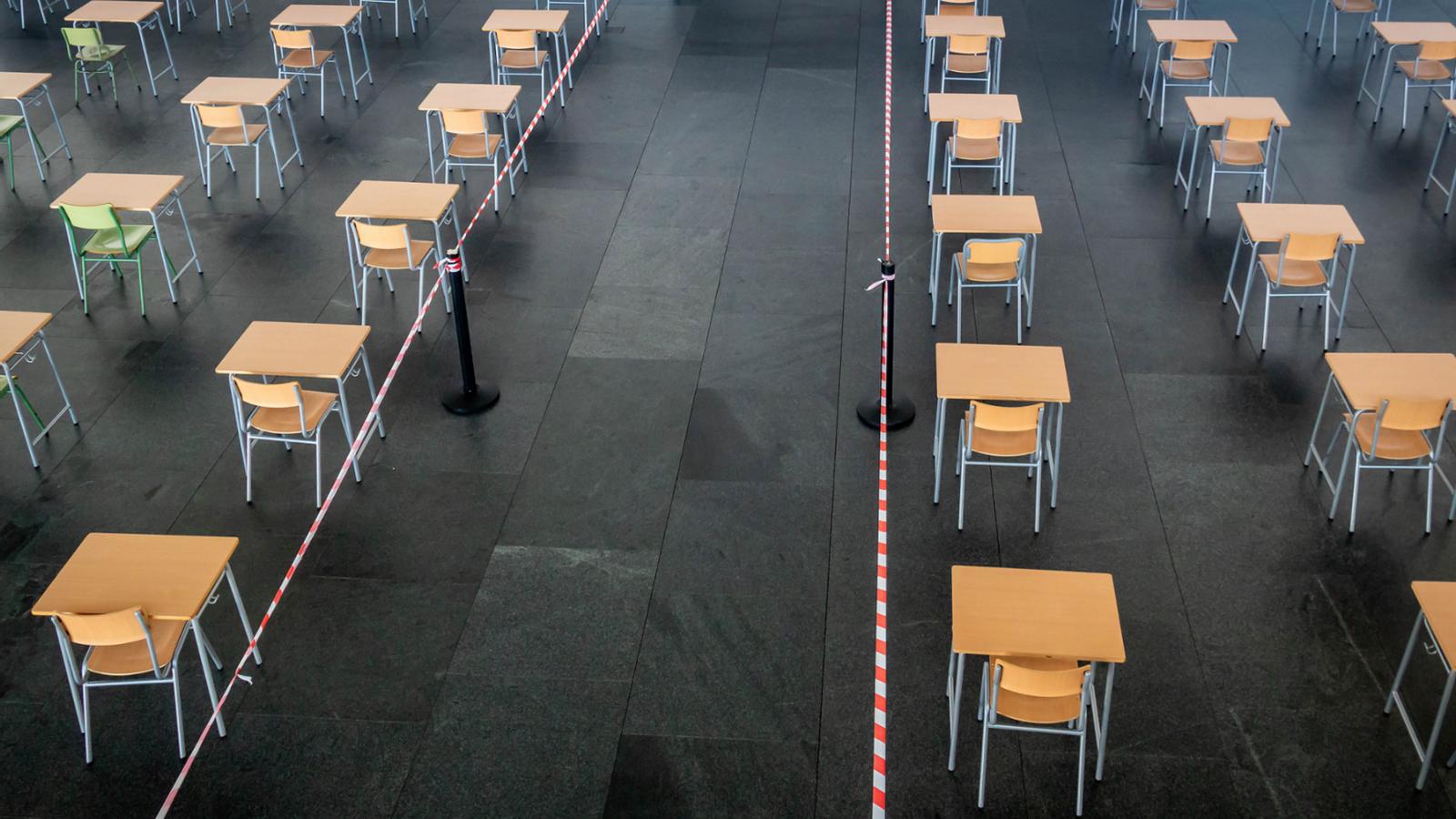 Cadires i taules al Palau de Congressos preparades per acollir les proves de Selectivitat l'any del covid-19