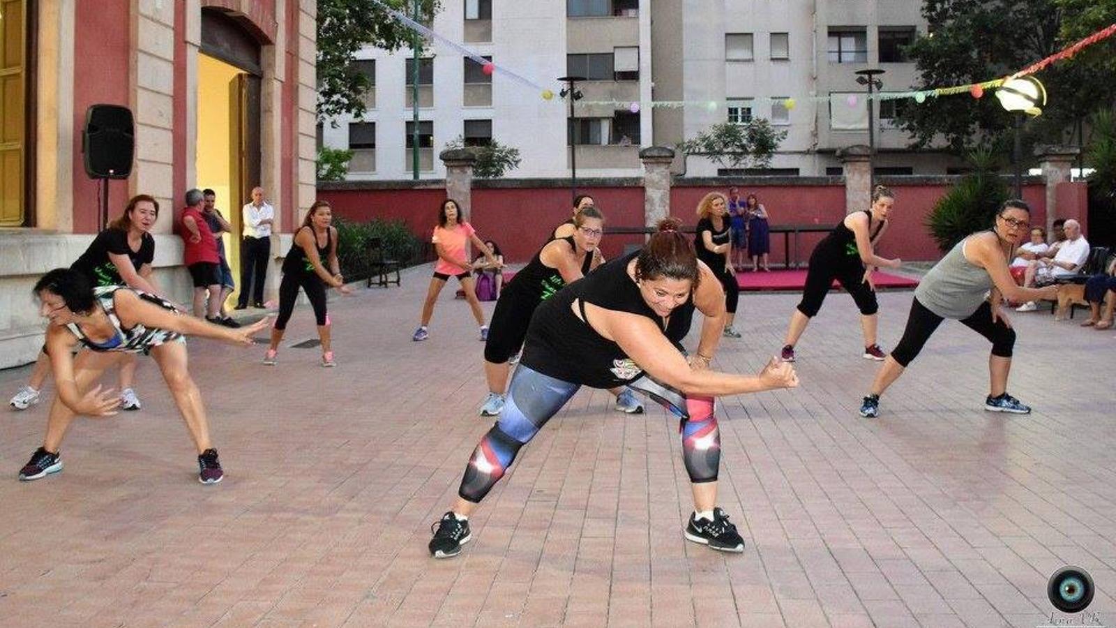 Usuaris del casal de barri de s'Escorxador fent una exhibició de zumba fitness